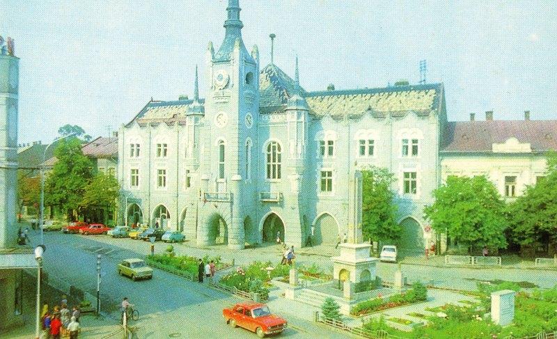 Вигляд з площі на ратушу