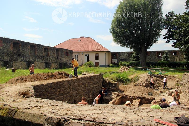 Невідомі поховання, монети та цінні артефакти виявили під час розкопок на території Ужгородського замку